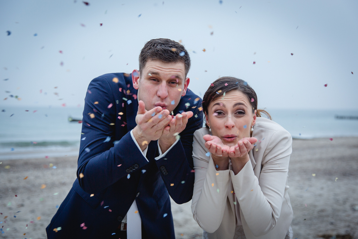 Hochzeitsfotos mit Konfetti.