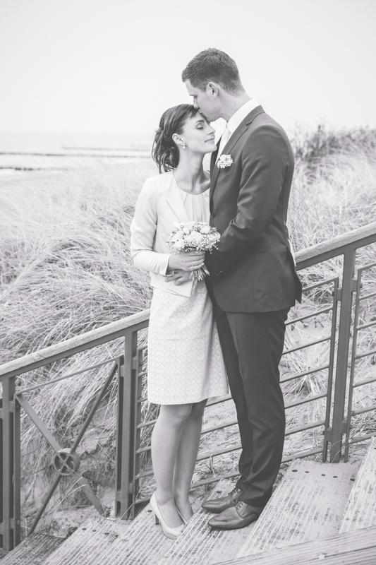 Verliebtes Brautpaar an der Ostseeküste