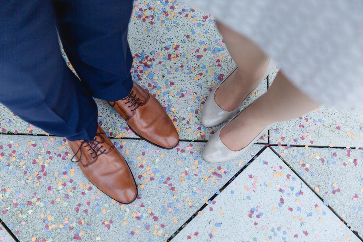 Schuhe von Braut und Bräutigam mit Konfetti.