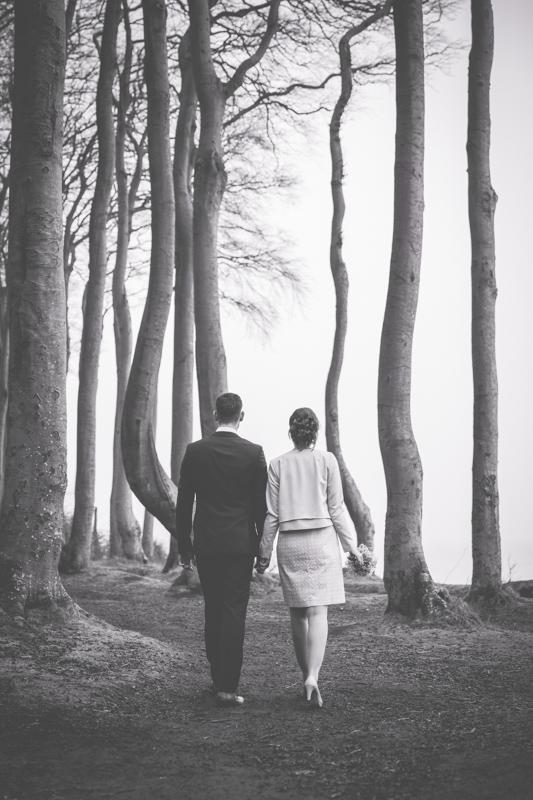 Schwarz weißes Hochzeitsfoto im Wald.