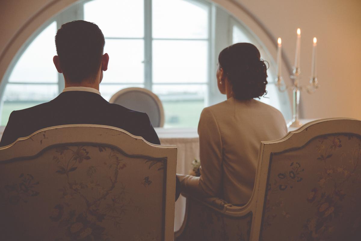 Das Brautpaar genießt den Ausblick aus dem Trauzimmer auf die Ostsee.