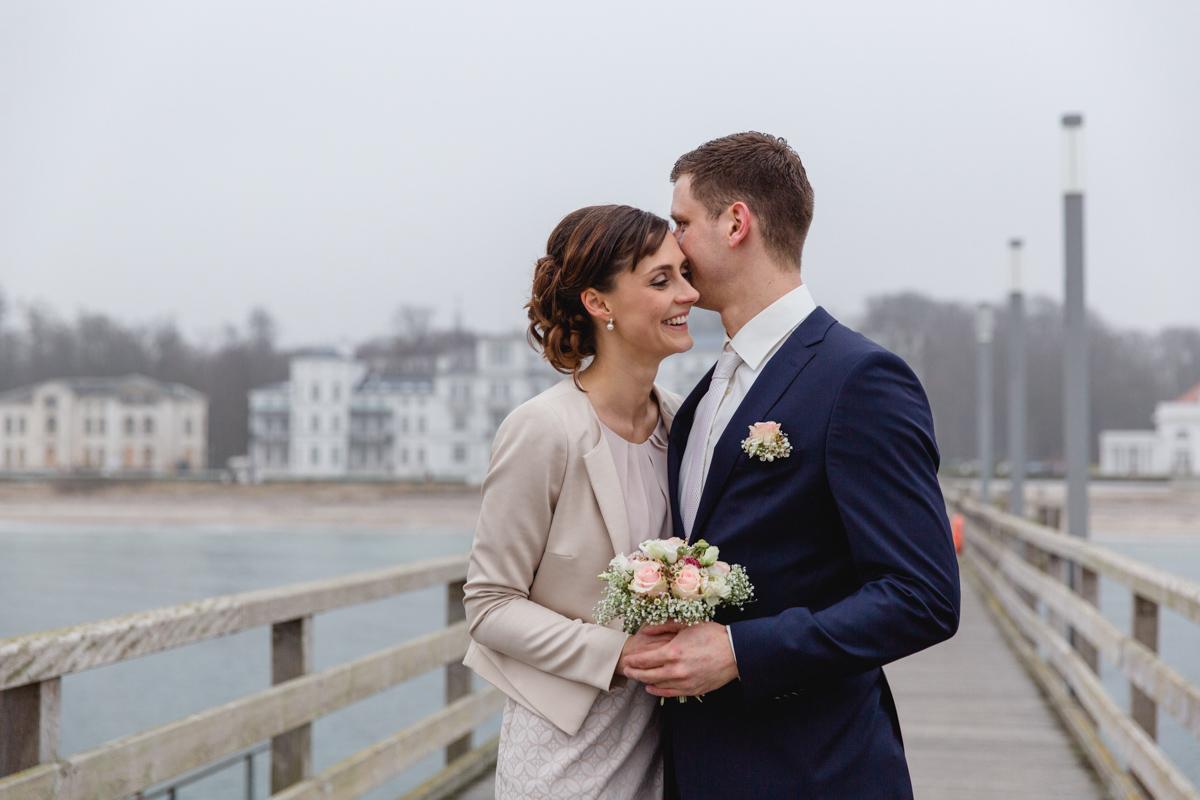 Braut und Bräutigam auf der Seebrücke von Heiligendamm.