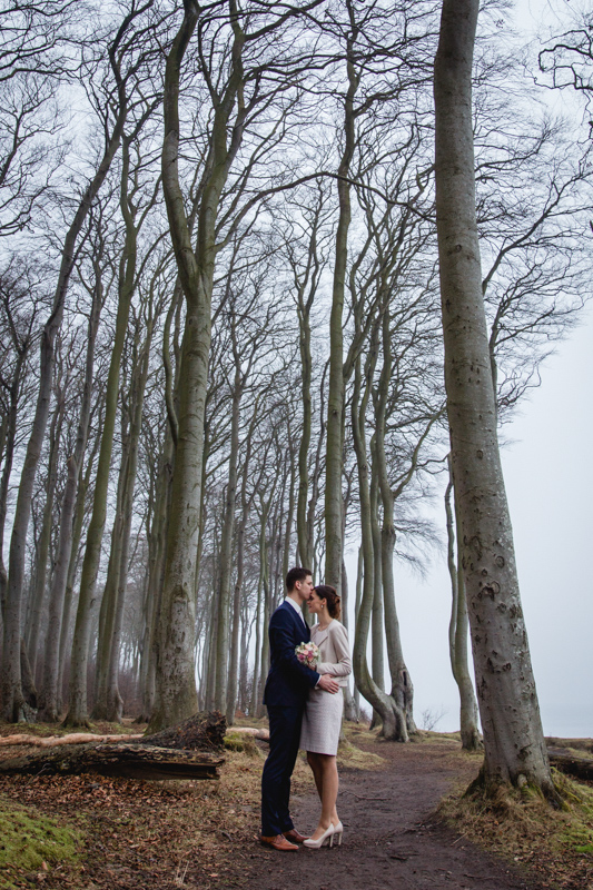Hochzeitsfotos im Wald.