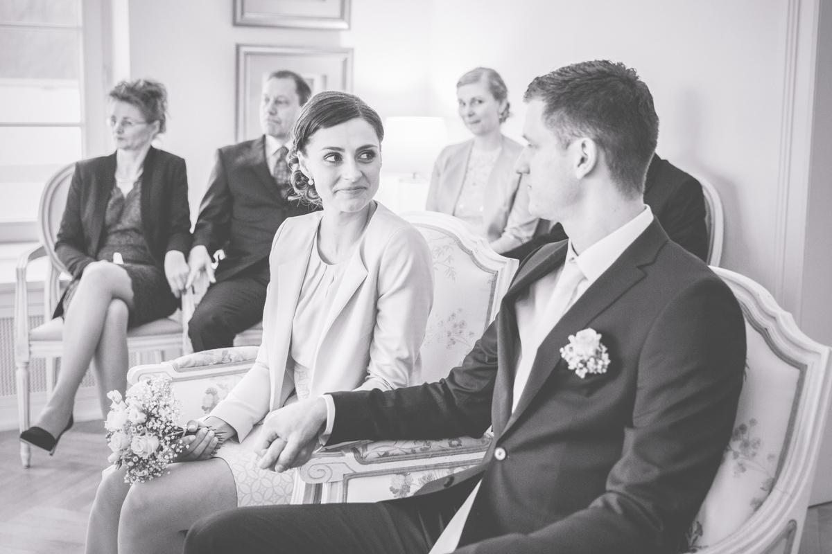 Verliebte Blicke des Brautpaares während der Trauung.