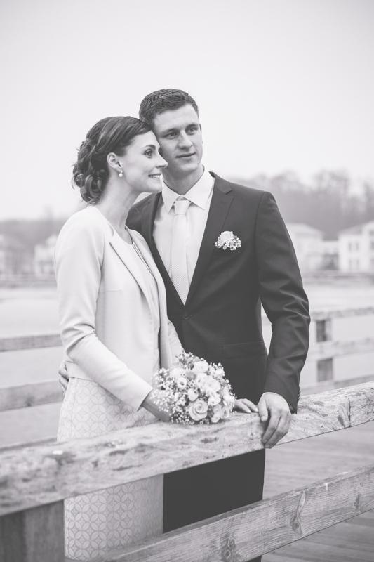 Brautpaar auf der Seebrücke von Heiligendamm.