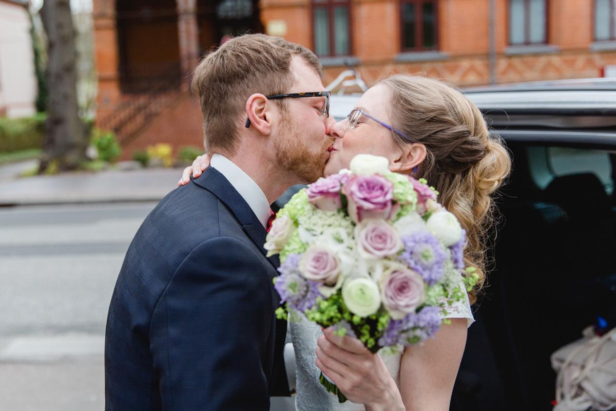 Brautpaar vor dem Möckelhaus.