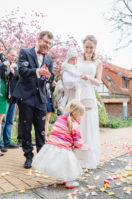 Blumenkinder mit Brautpaar.