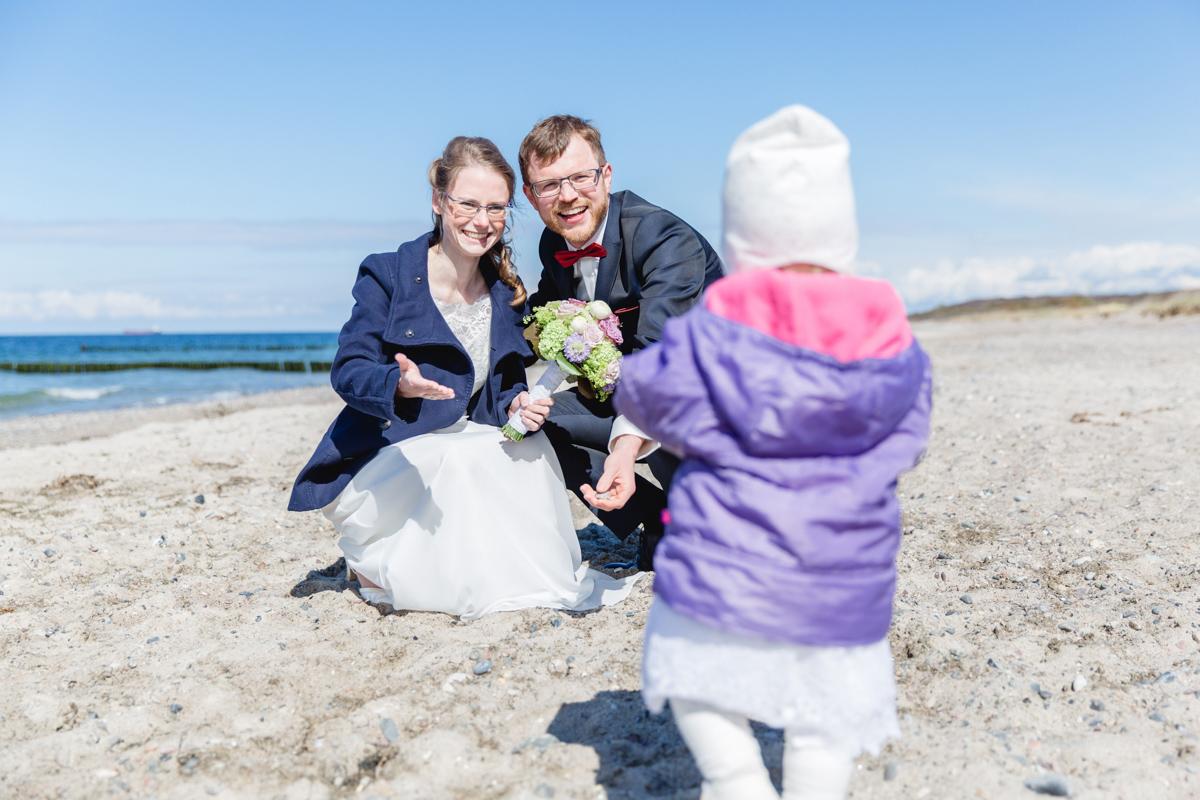 Hochzeit mit Kind am Strand.
