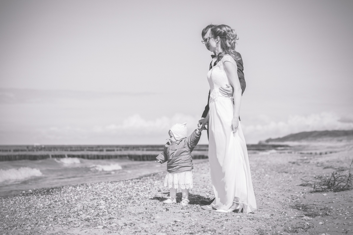 Schwarz weißes Hochzeitsfoto am Strand