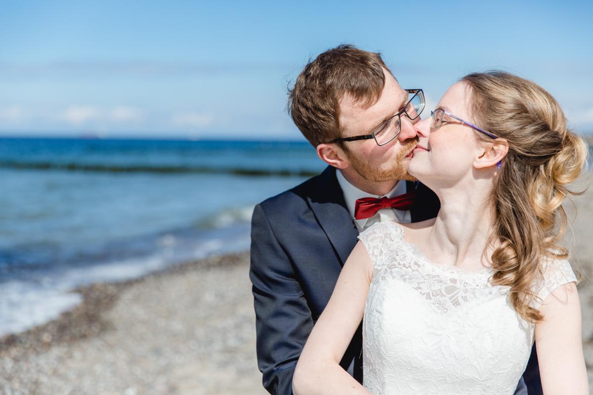 Hochzeitskuss am Strand