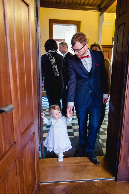 Papa mit Tochter bei Hochzeit.