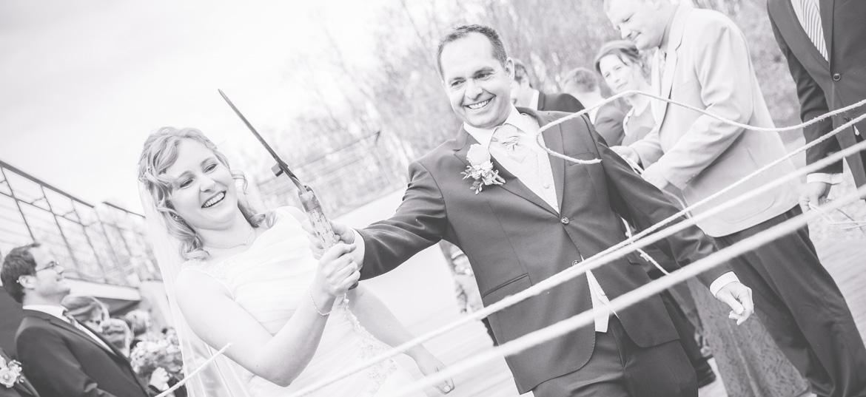 Glückliches Brautpaar bei ihrer Hochzeit im Ostseehotel