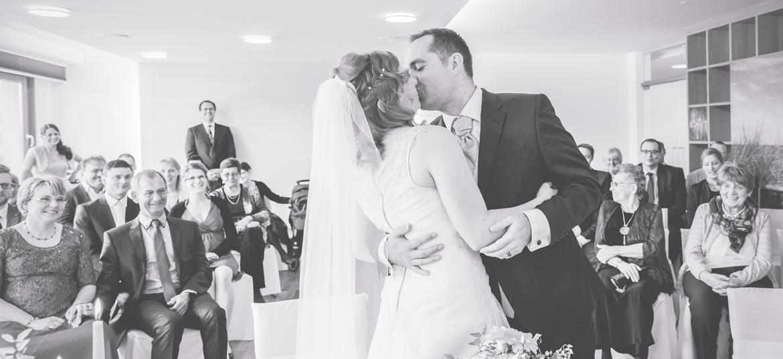 Brautpaar während der Trauung im Ostseehotel in Dierhagen