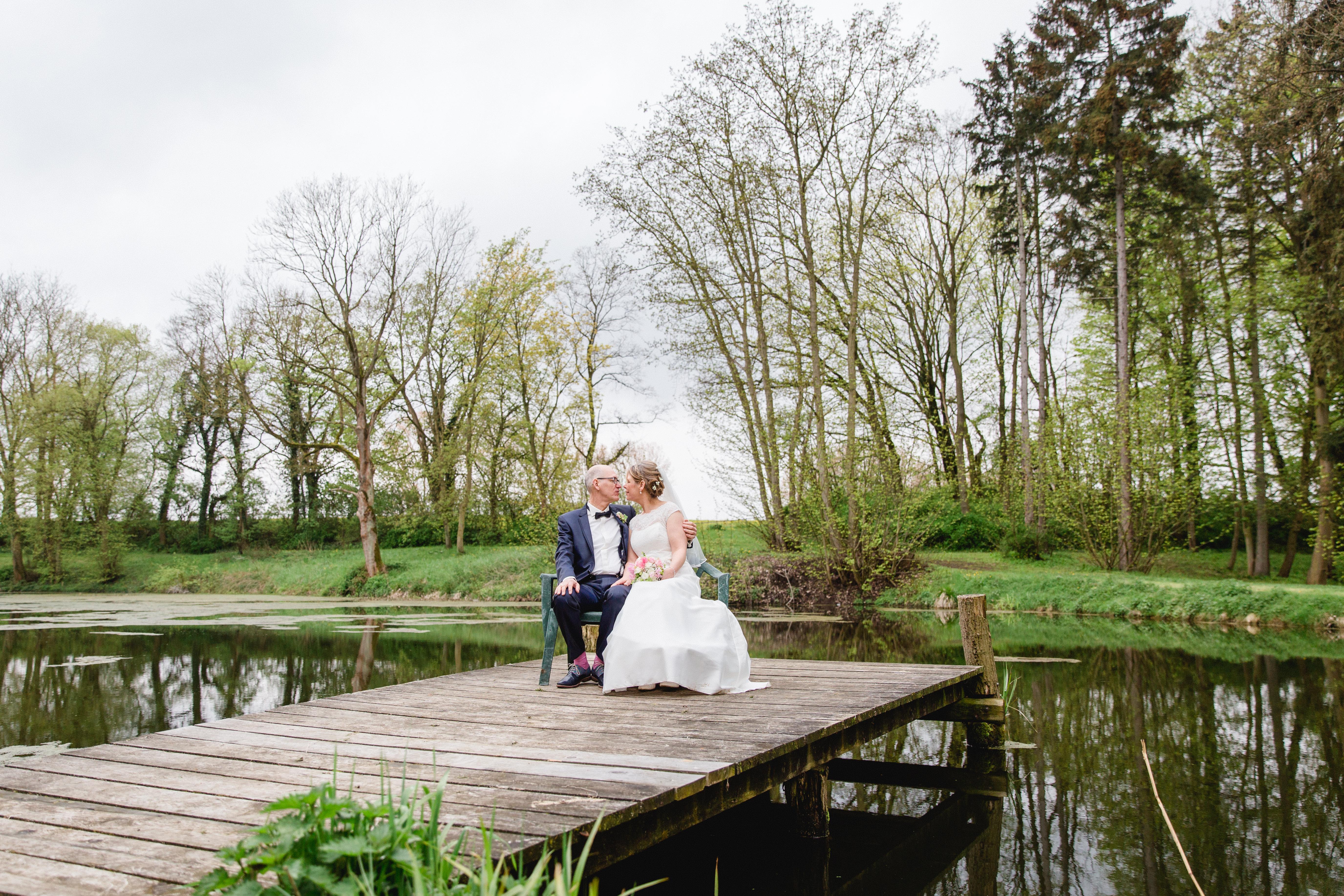 Brautpaar beim Fotoshooting auf dem Landgut Lischow