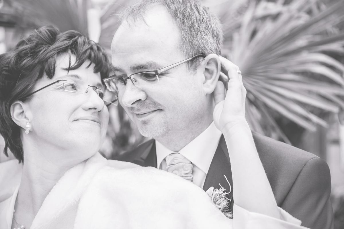 schwarz weiß aufnahmen vom Brautpaarfotoshooting im gartenmarkt.