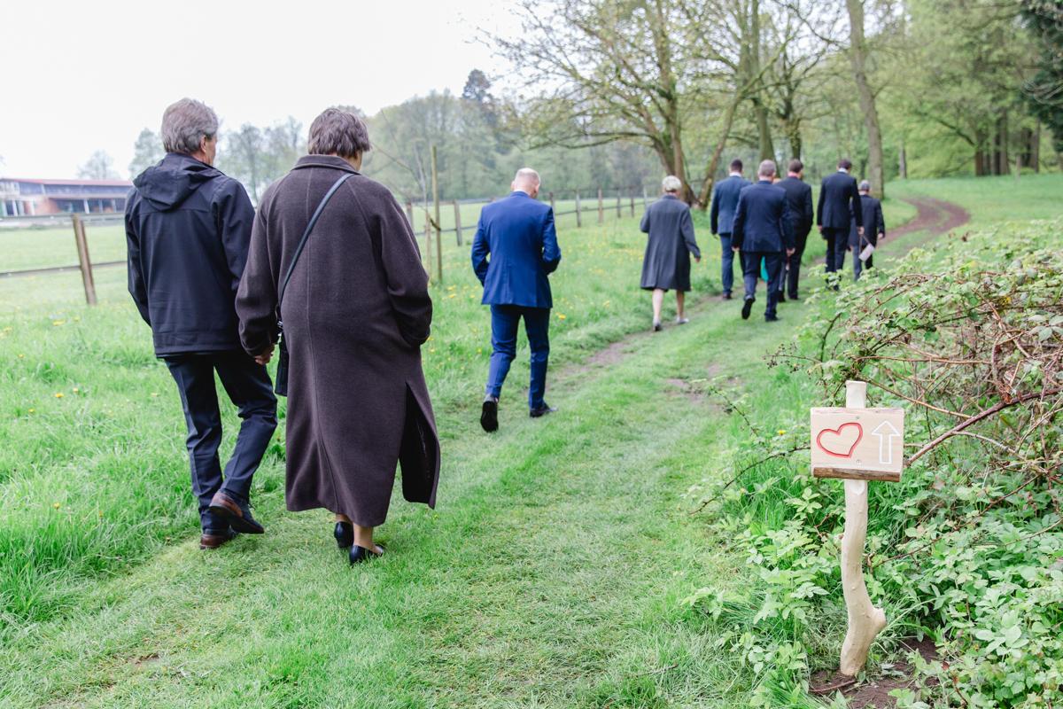 Gäste auf dem Weg zum Trauort.
