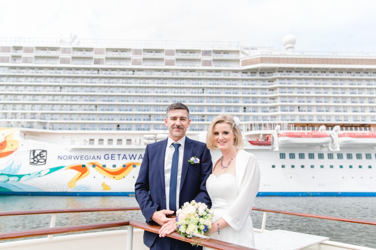 Brautpaar vor dem Schiff in Warnemünde.