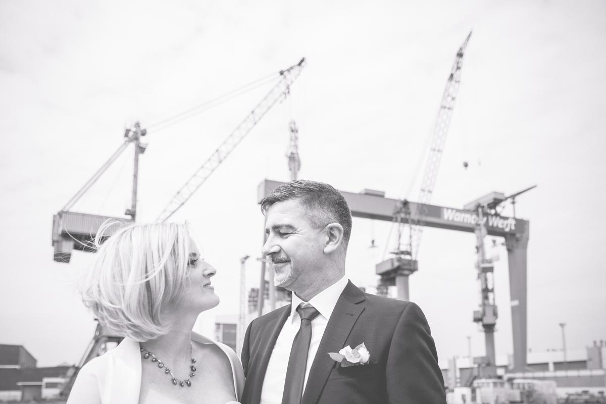 Brautpaar auf dem Schiff in Warnemünde.