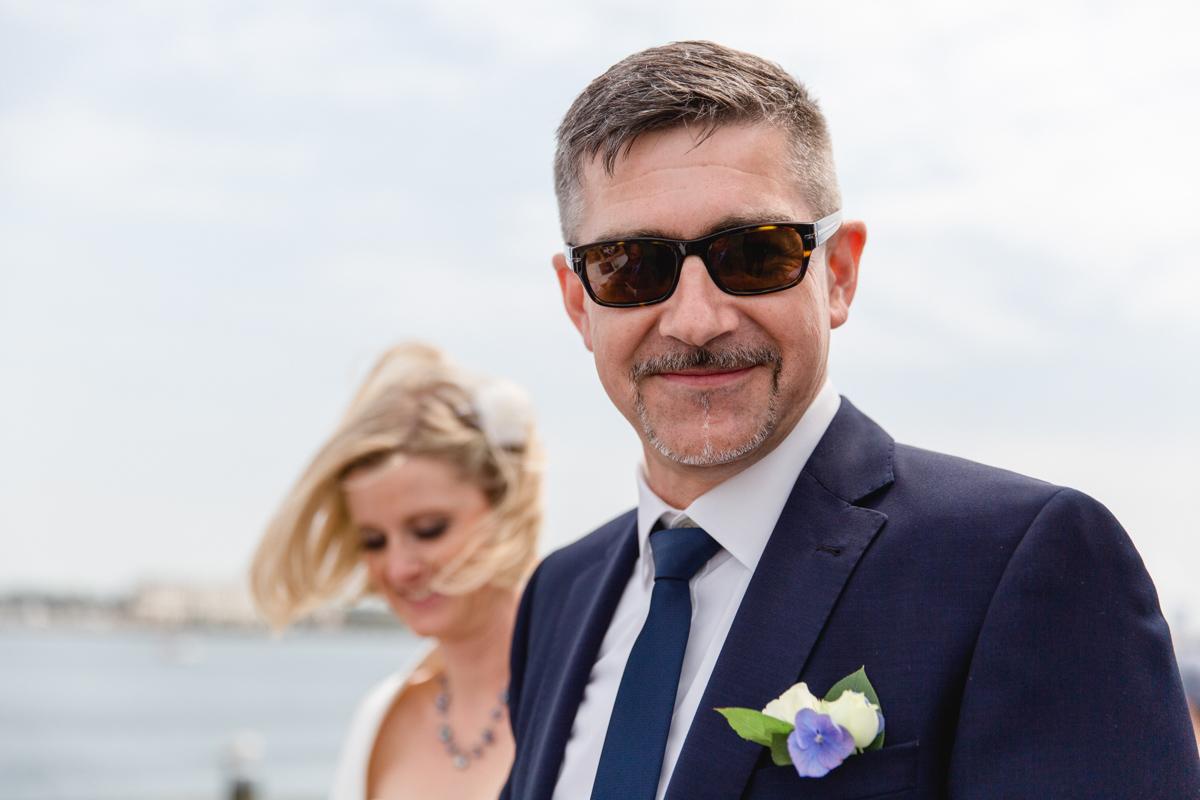 Bräutigam mit Sonnebrille.