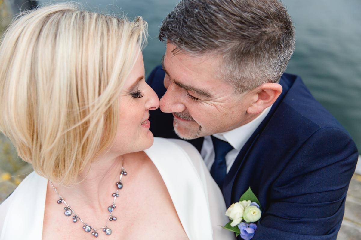 Das Foto zeigt ein glückliches Brautpaar.