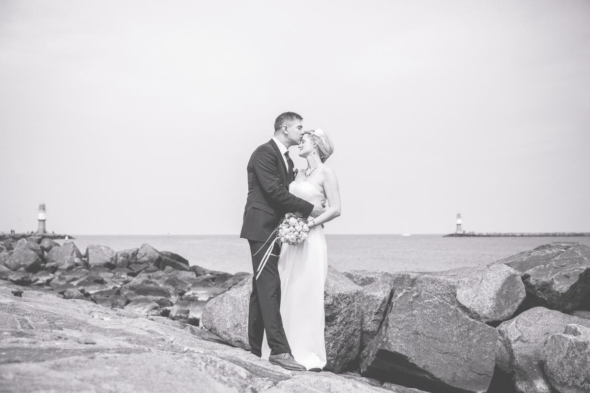 Küssendes Brautpaar in Warnemünde.