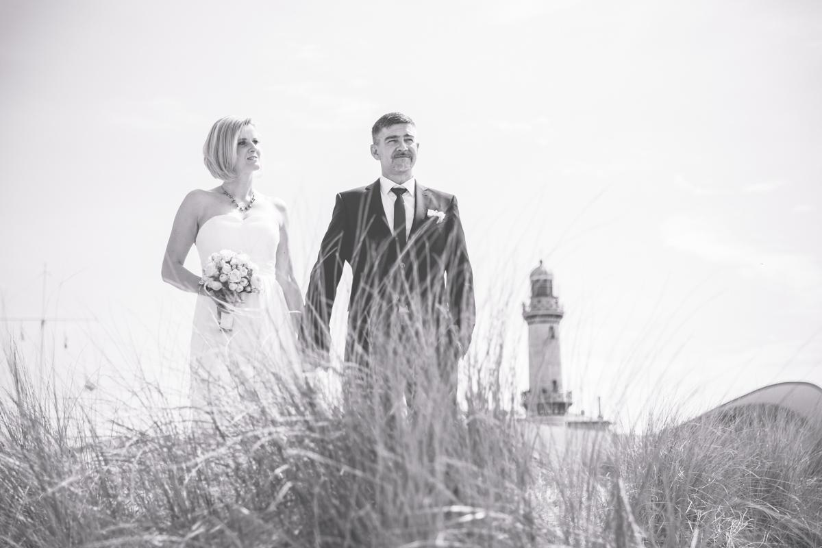 Schwarz weißes Foto einer Hochzeit in Warnemünde.