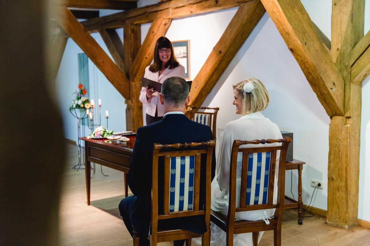 Brautpaar während der Trauung in der alten Vogtei in Warnemünde.