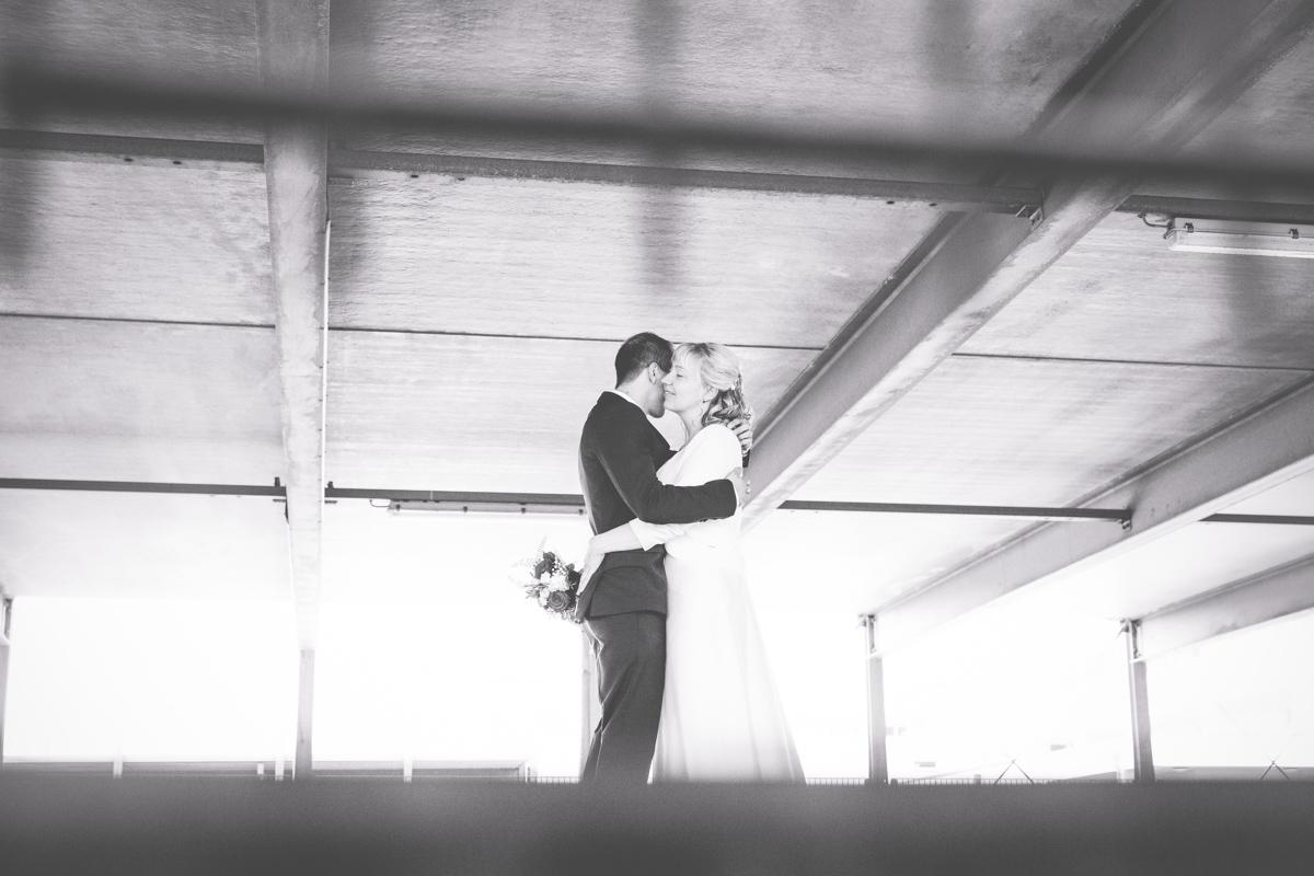 Hochzeitsfotos aufnehmen im Parkhaus.