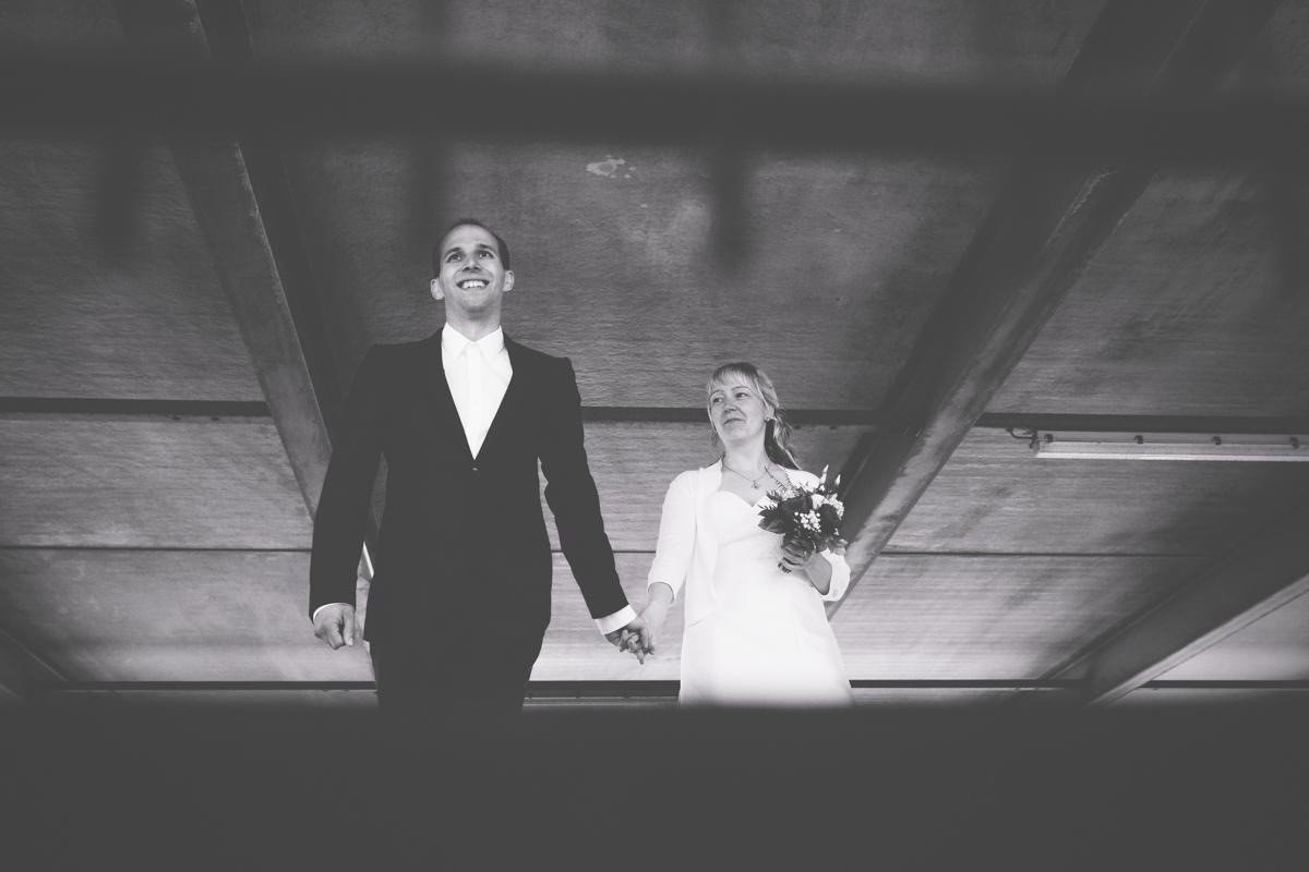 schwarz weißes Hochzeitsfoto im Parkhaus