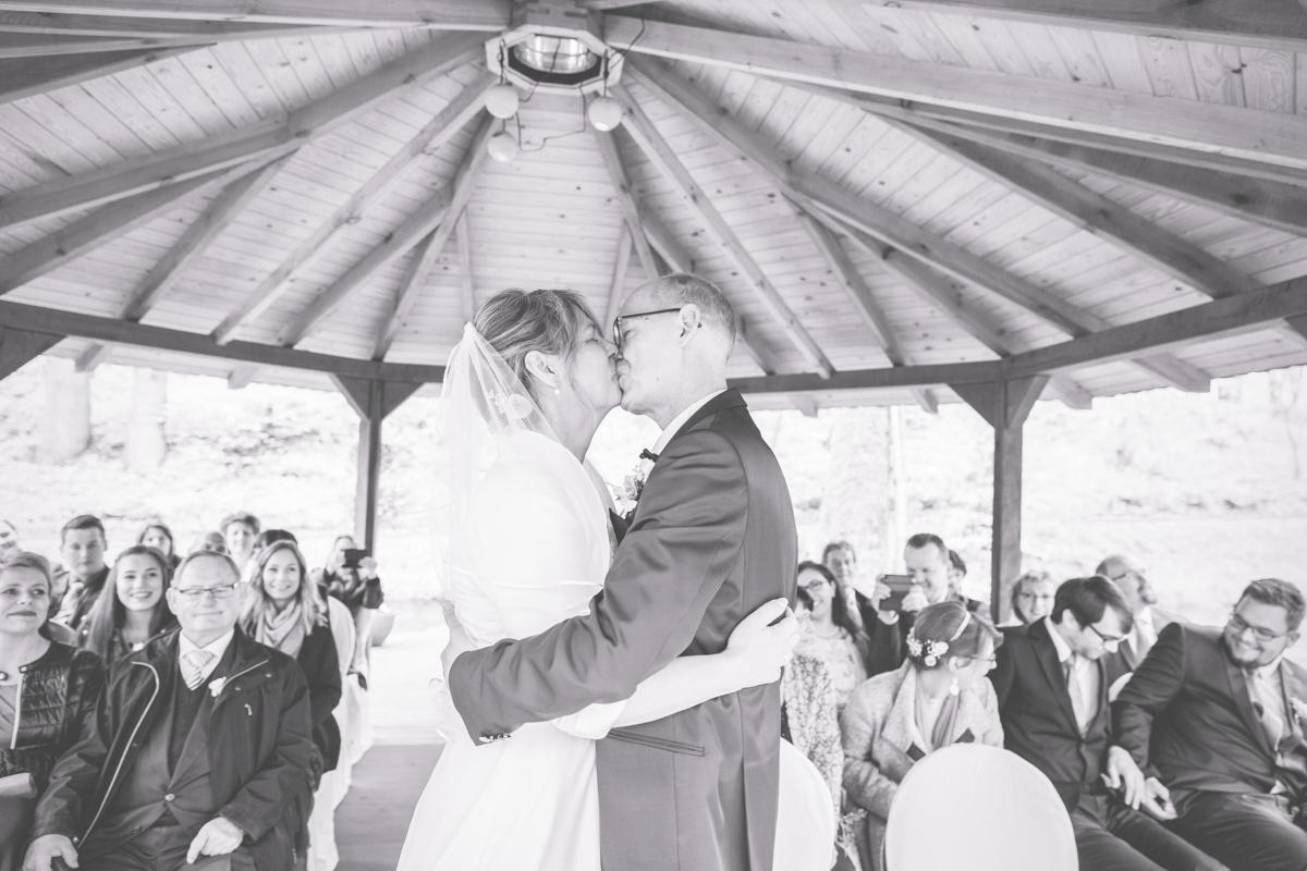 Hochzeitsfoto vom Kuss.