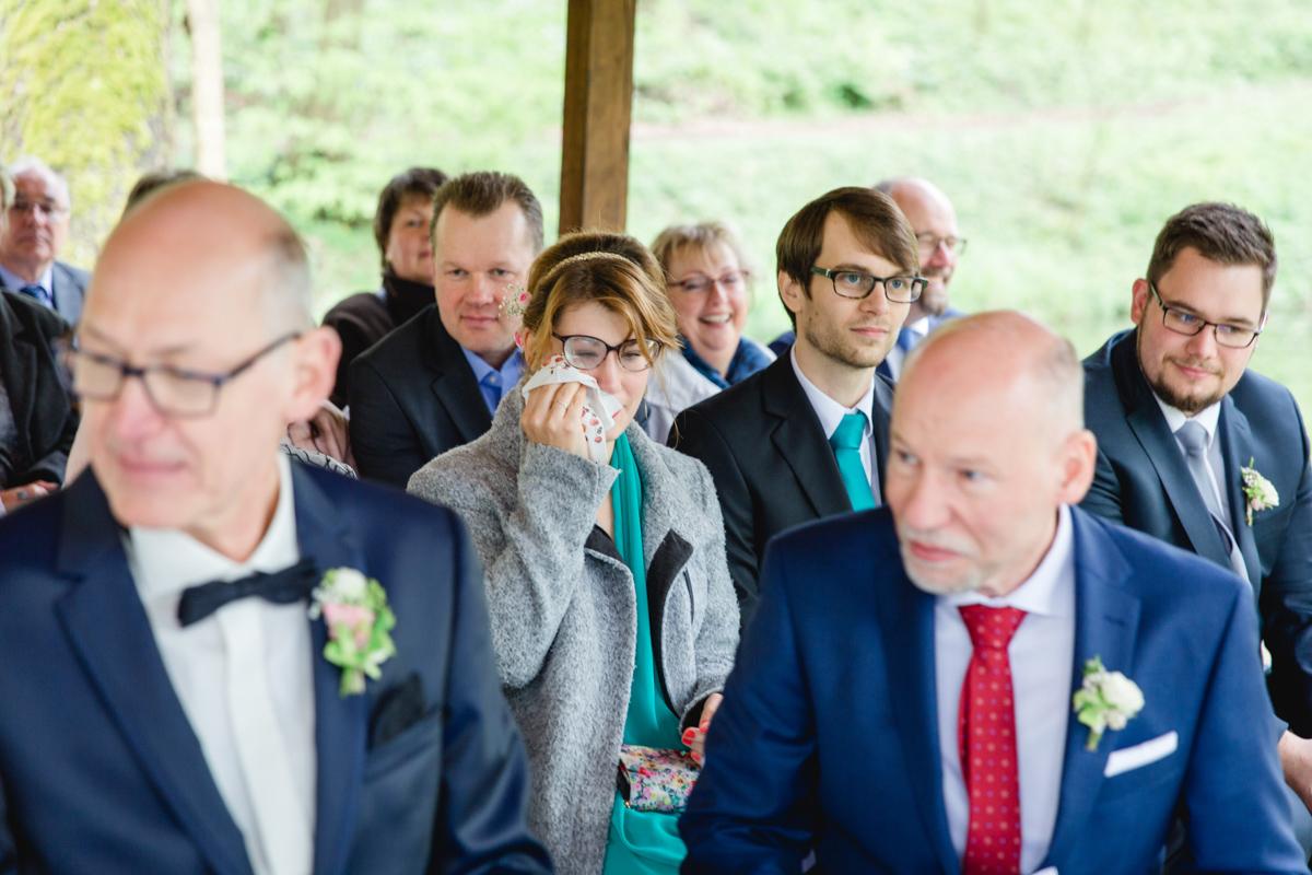 Tränen bei den Gästen während der Hochzeit.
