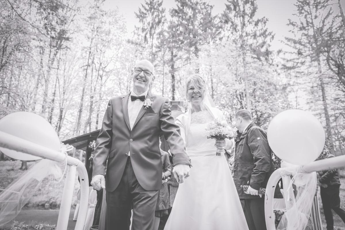 Das Brautpaar zieht aus dem Standesamt aus.