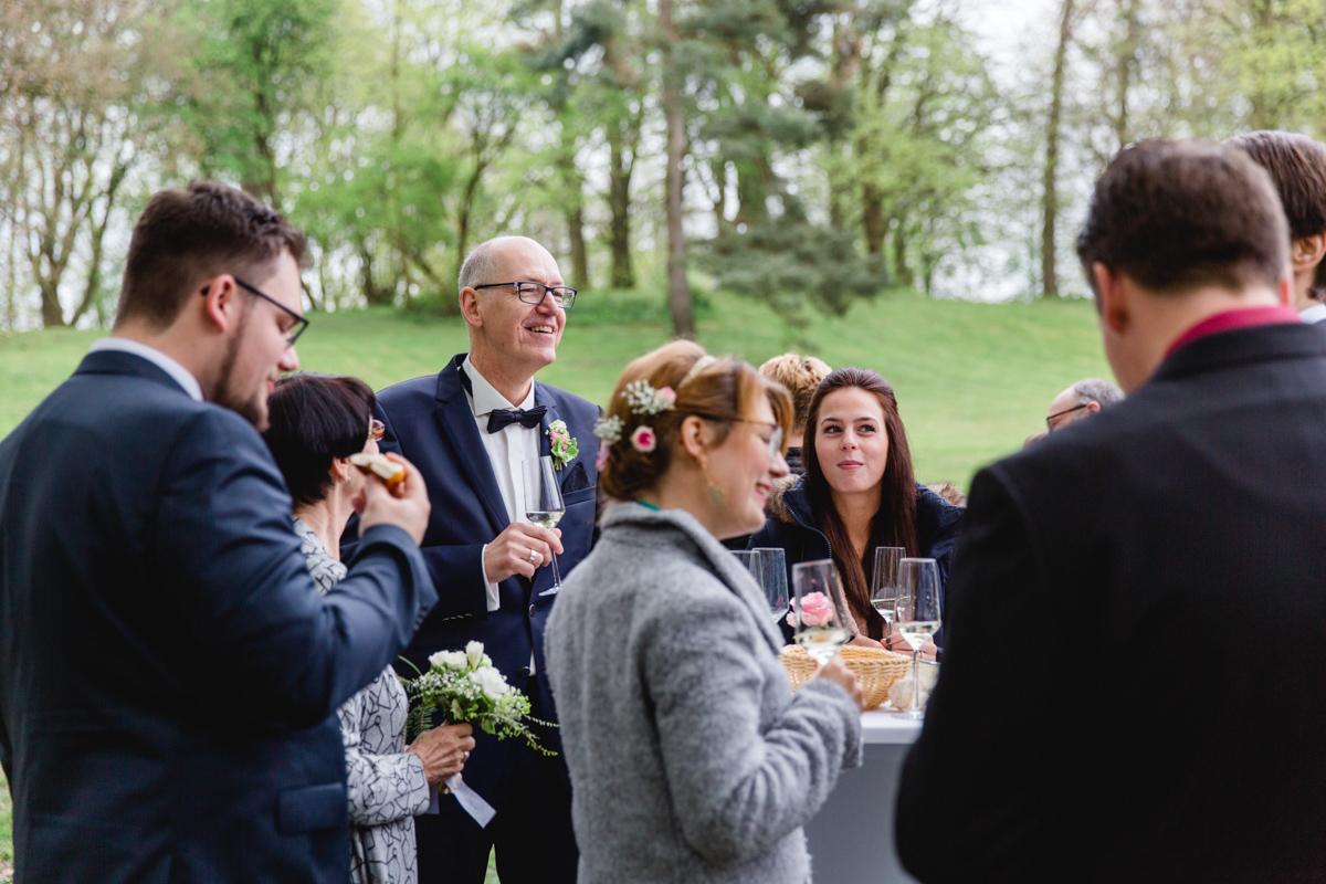Bräutigam während des Sektempfangs.