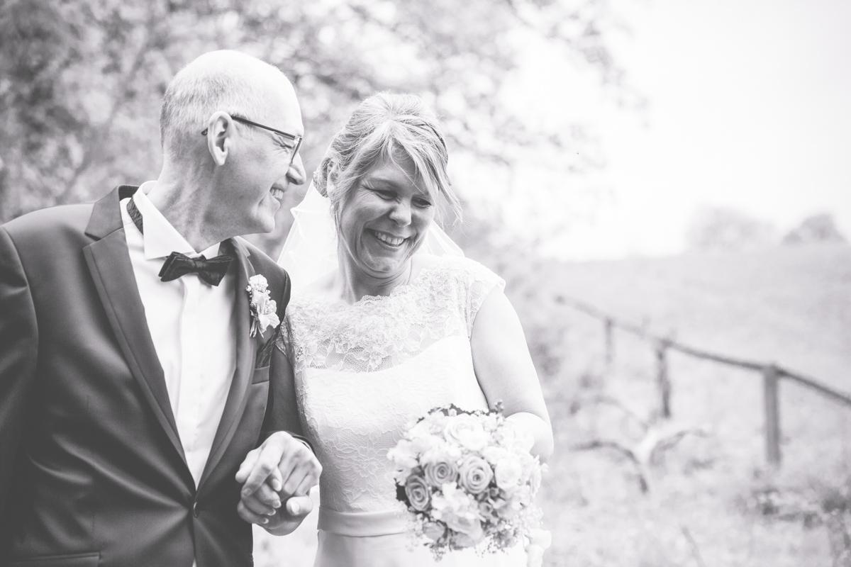 Brautpaar hat Spaß beim Fotoshooting.