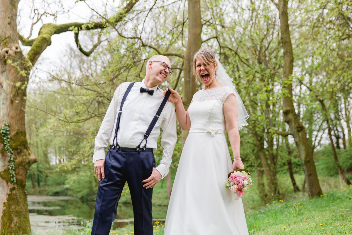 Bräutigam mit Hosenträgern.