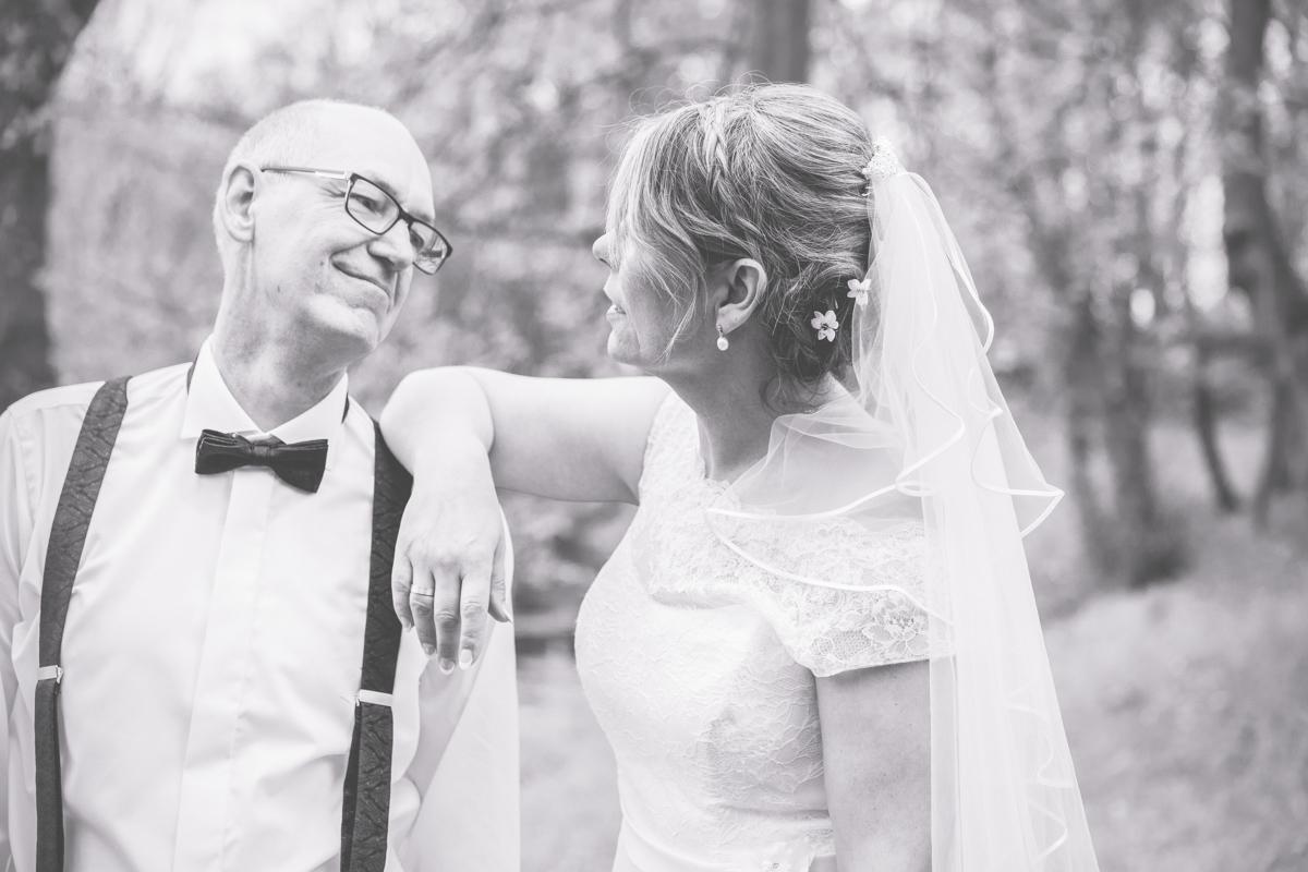 Braut lehnt lässig auf dem Bräutigam.
