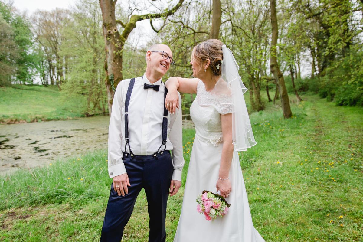 Bräutigam mit Hosenträgern beim Fotoshooting.