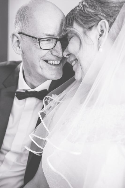 Kuschelzeit beim Brautpaarfotoshooting.
