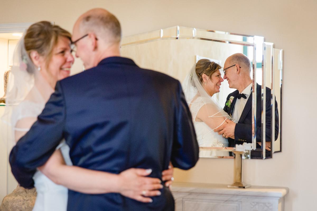 Brautpaar spiegelt sich im Spiegel.
