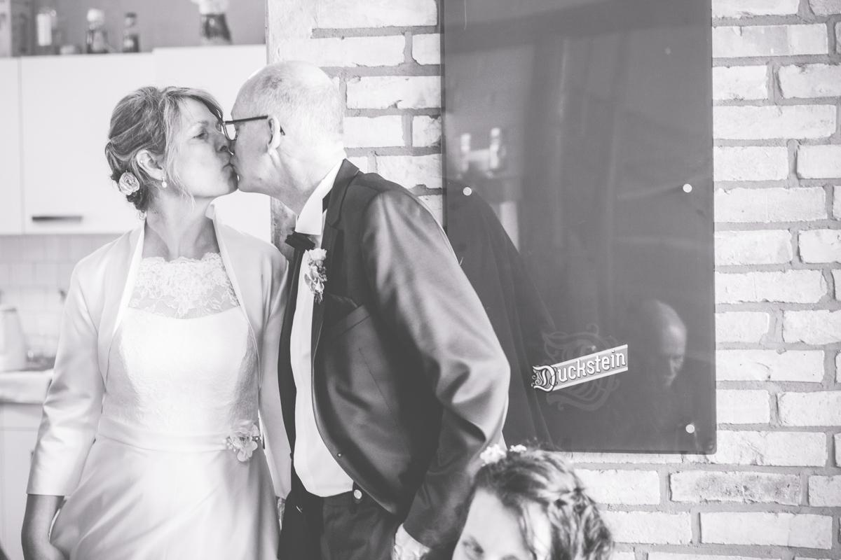 Brautpaar bei ihrer Hochzeitsfeier im Ostseebauernhof Hocke
