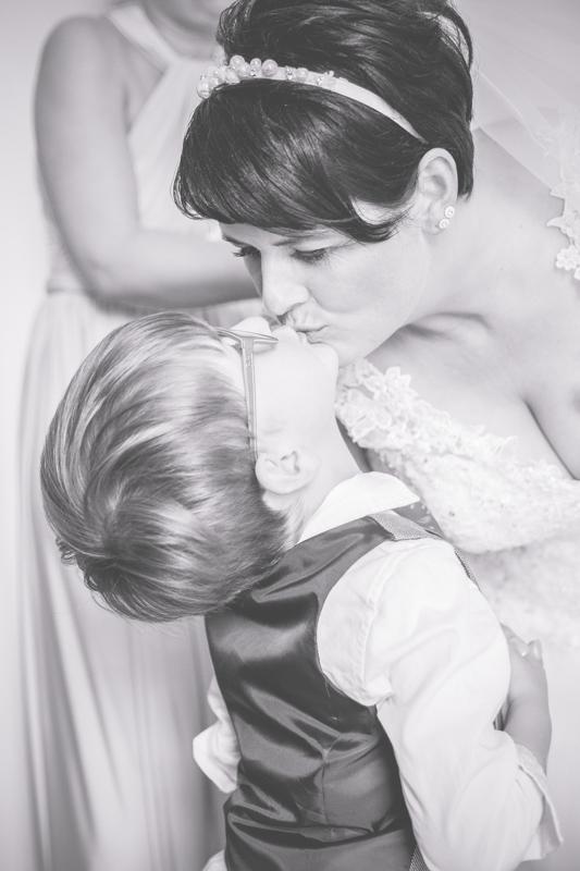 Braut macht sich zusammen mti ihren Kindern für die Hochzeit fertig.