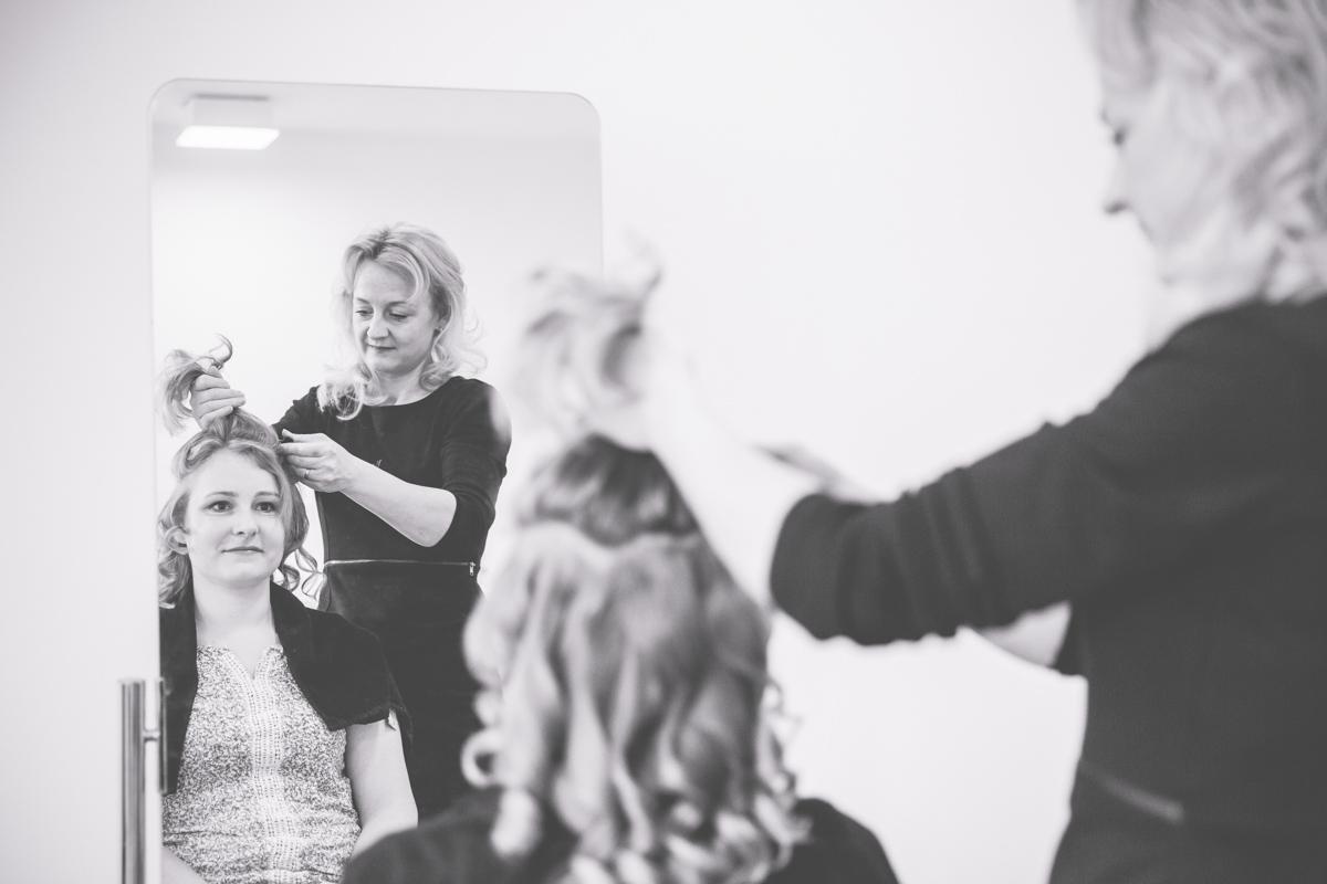 Hochzeitsfotografin aus Rostock beim fertigmachen der Braut.