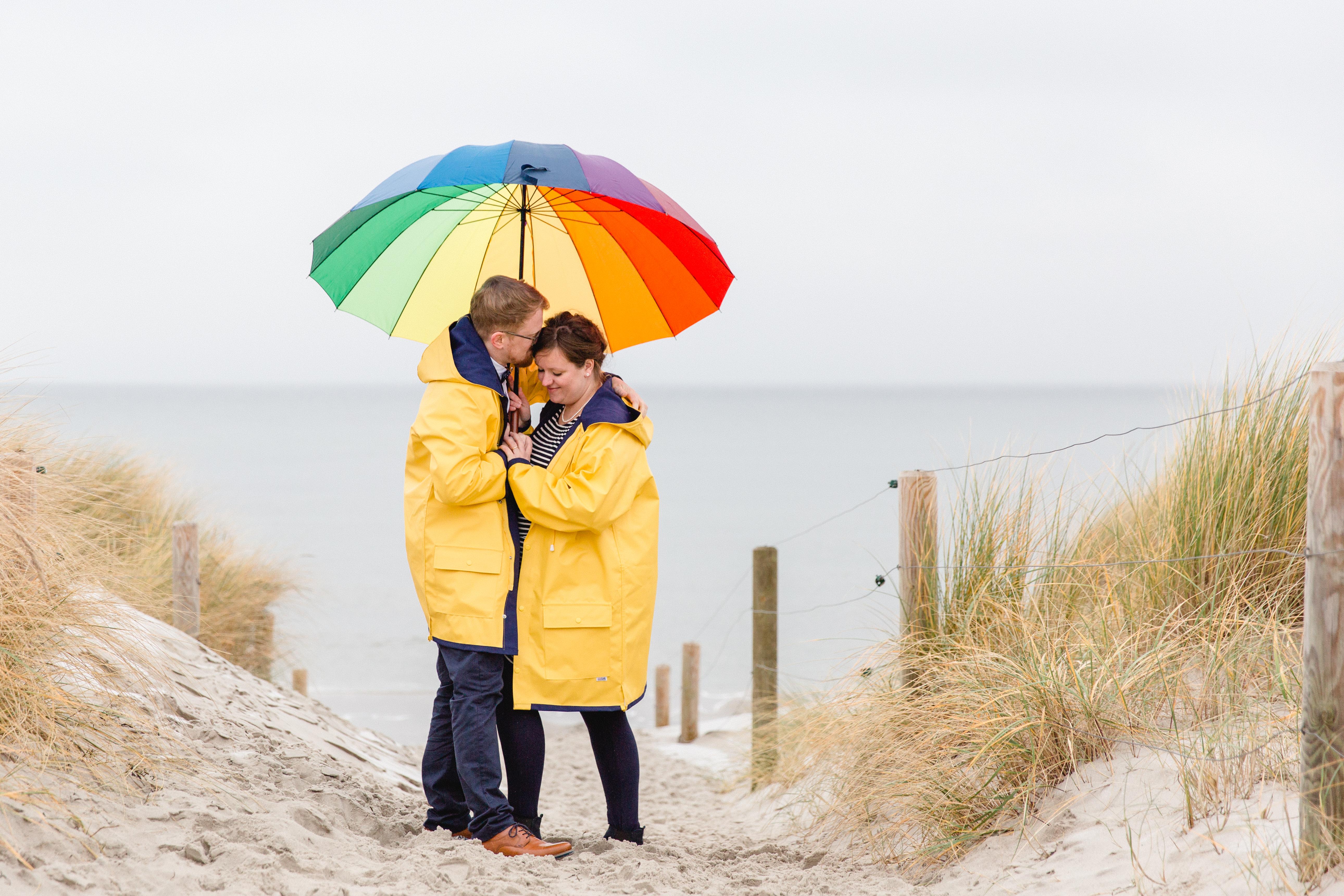 Hochzeitsfotos im Regen mit Schirm und Friesennerz