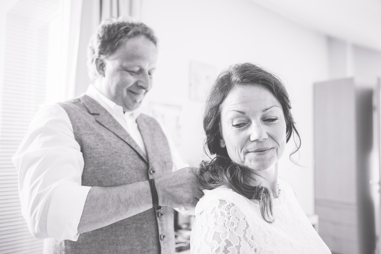 Braut und Bräutigam machen sich gemeinsam fertig.