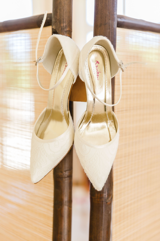 Brautschuhe fotografiert von der Hochzeitsfotografin beim Getting Ready.