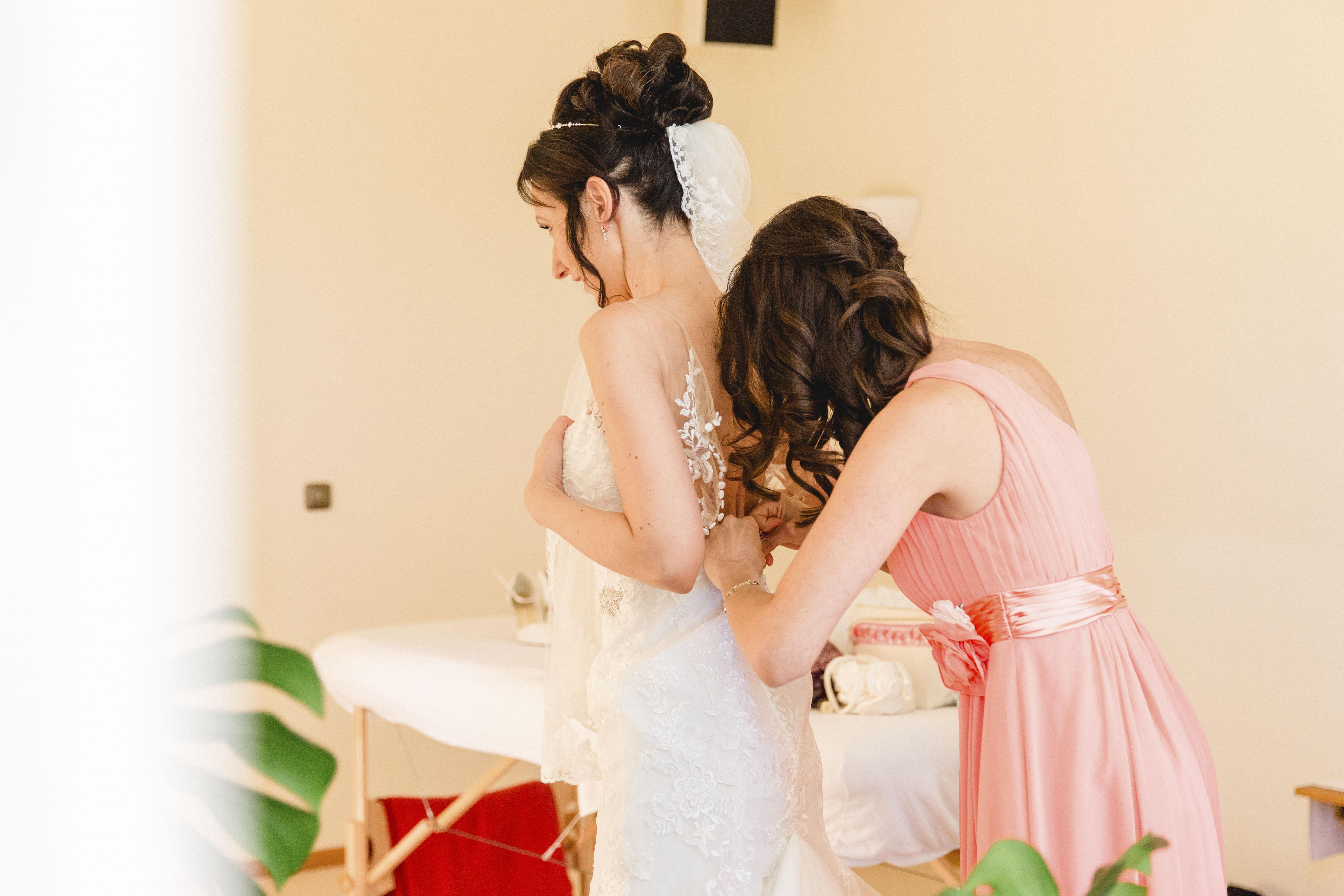 Hochzeitsfoto vom Anziehen des Brautkleides