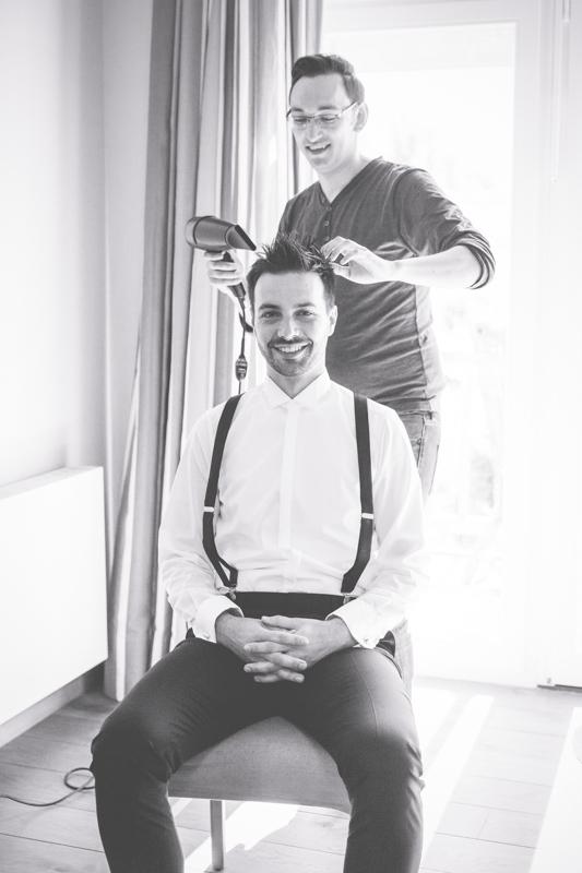 Auch der Bräutigam wird vom Friseur für die Hochzeit gestylt.