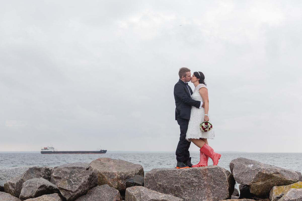 Brautpaarshooting mit Gummistiefeln.