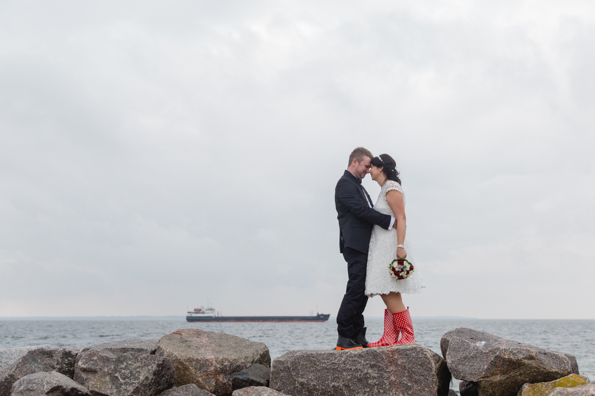 Brautpaarfotoshooting mit Gummistiefeln.