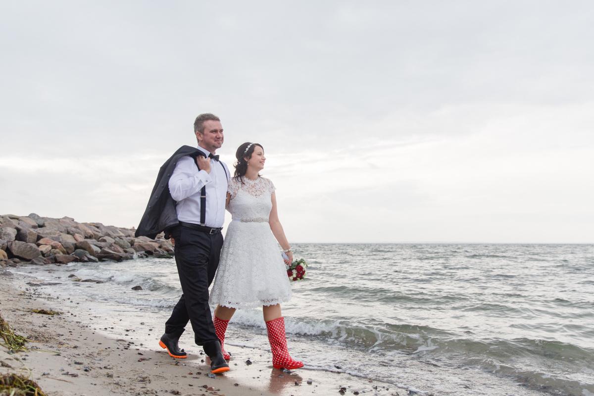 Brautpaar mit Gummistiefeln